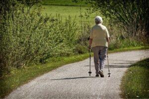 Persona mayor caminando