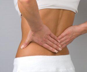Persona con dolencia lumbar por hernia discal. Los beneficios del pilates para hernias discales